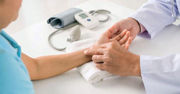 a magas vérnyomásra jellemző pulzus)