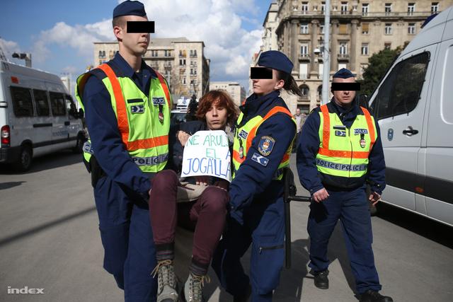Magas vérnyomással viszik a rendőrségre)